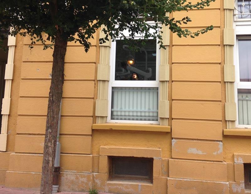 Blick von der Straße durch das Fenster auf meine Frau beim Zahnarzt im kroatischen Bjelovar.