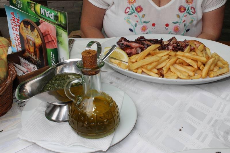 Calamari gegrillt im Konoba Feral in Bjelovar, Kroatien.