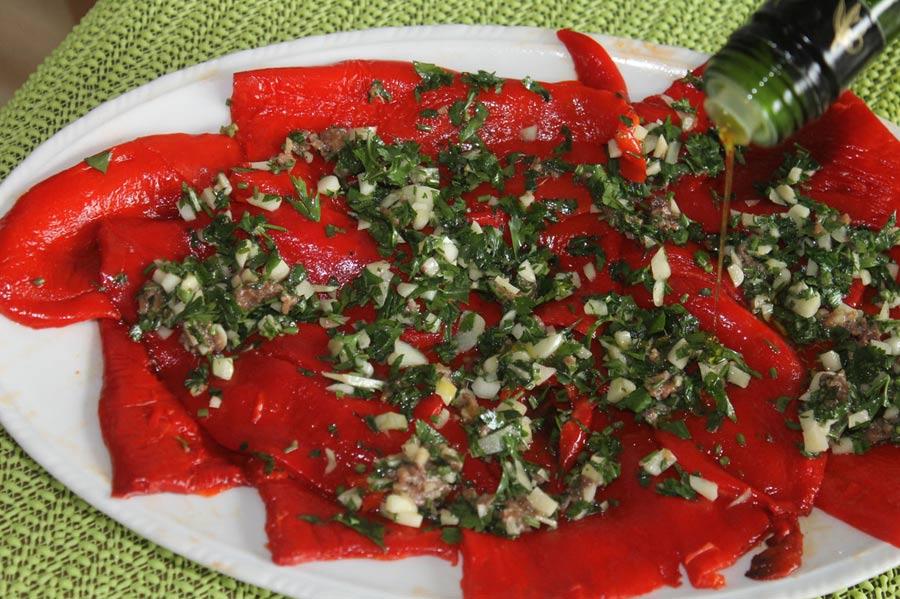 Würzige rote Paprika mit Knoblauch und Olivenöl.