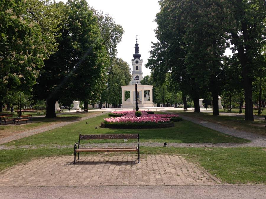 Bjelovar Park im Zentrum mit Kirche im Hintergrund