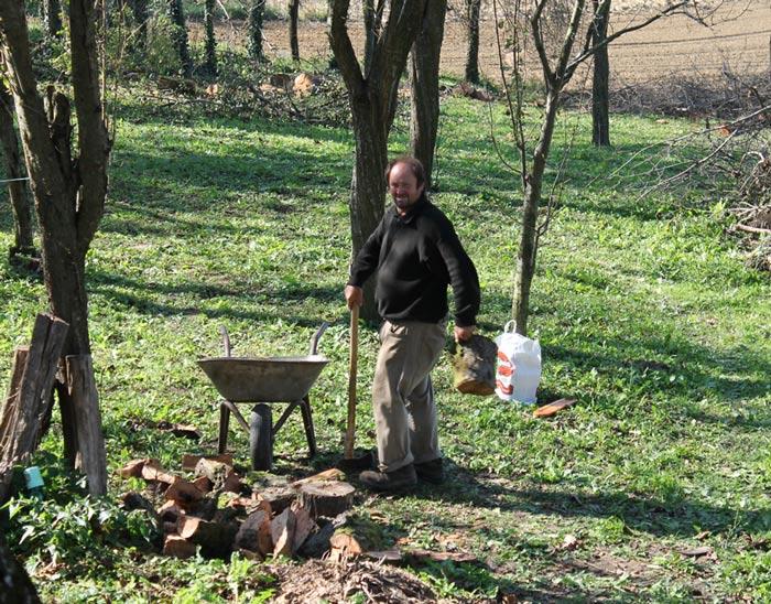 Joso spaltet Holz im Garten