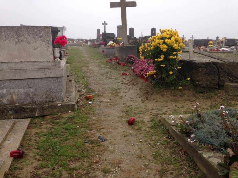 Friedhof mit Grablichtern