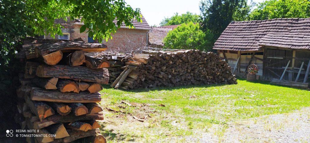 30 Ster Holz von Robinie und Buche warten darauf in 30 cm Stücke gesägt zu werden.