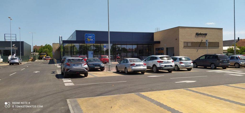 Parkplatz vor dem Eurospin in Kroatien