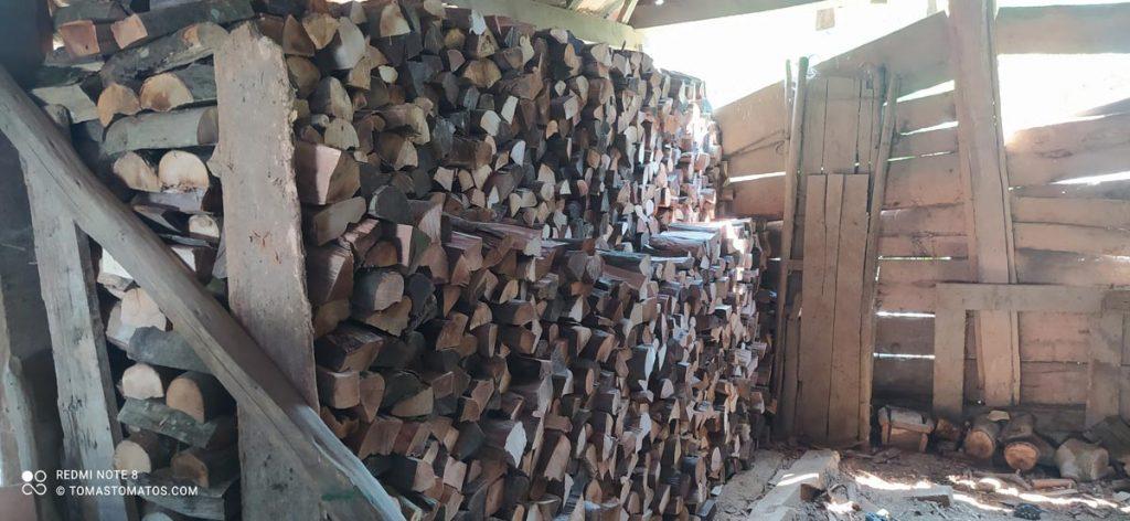 Fertig gespaltenes Brennholz in der alten Holzscheune